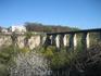 Единственный мост через каньон, по которому можно попасть в исторический центр города
