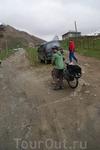 Сванетия. Село Ушгули. Велотуристы.