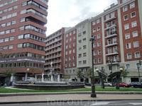 Еще один фонтан и еще один хоровод, на этот раз его водят человечки на plaza de Madrid.