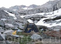 Холодное утро у озера Прпасти после холодной ночевки. Перевал Кава впереди, в полумиле (0,8км).