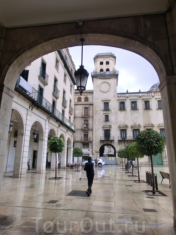 С одной стороны площади через арки выходишь на La Calle Mayor, откуда мы пришли.