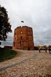 Замок Гедиминаса. Находится на вершине холма. Попасть туда можно на фуникулёре или пешком (правда, когда мы были там, пешеходная тропинка была перекрыта) ...