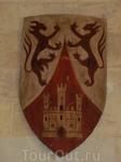 Стены оружейной украшены гербами.