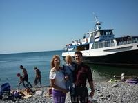 """Наша семья на фоне """"Коралла"""" и Черного моря в Прасковеевке перед посадкой в обратный путь - в Геленджик"""