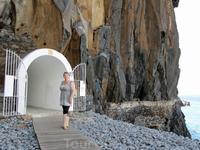 У выхода из туннеля Прая Формоза, а это - так называемый песчаный пляж! Булыжники, даже на гальку не тянут...