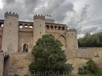 Когда начиналось строительство, Альхаферия находилась далеко за пределами городских стен. Замок окружал ров, который можно было перейти по мосту.