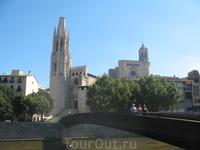 Вид от реки на церковь Сант Фелиу и Кафедральный собор