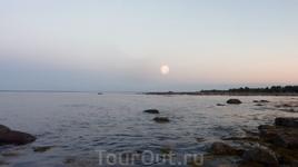 вот спрашивали меня тут про мистические места...одно из них - Белое Море. Луна в этот момент была с другой стороны! Что в небе...?