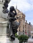 Постамент памятника поэту украшает фигура то ли задумчивой, то ли грустящей музы, а над ней - герб Вальядолида.
