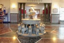Холл отеля. Нмчего не напоминает? Почти точная копия фонтана в гареме султана в комплексе дворцов Альгамбры.