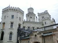 Замок можно рассматривать долго, внимательно вглядываясь, например в окна, которые не повторяют узор.