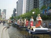 Ручей был украшен бумажными фигурами в преддверии важного буддийского праздника - дня рождения Будды