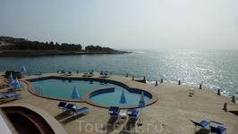 пляж с платными лежаками (10 евро)