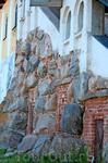 Старинная кладка стен монастыря.