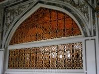 Красивое окно в одном из сооружений дворца Топкапы