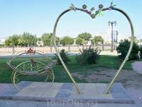 Арка в форме сердца и скамья примирения