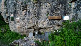 Памятные доски на приюте в память о погибших альпинистах