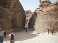 узкий проход длиной в километр между нависающими скалами