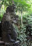 Статуя дракона в лесу обезьян