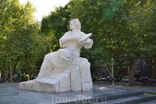 В  Ереване много памятников на улицах