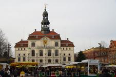 Ратуша.  Ее история насчитывает 800 лет. Старейшие части здания были построены ок. 1230 года. В последующие века ратушу расширяли и достраивали, в итоге ...