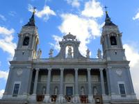 Существует легенда о происхождении собора, согласно которой статуя девы Альмудена появилась в Испании, будучи лично привезённой апостолом Иаковом, проповедовавшим христианство в I в. на Пиренейском по