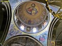 На мозаиках купола Храма Гроба Господня изображены образы Христа, Божьей Матери, Архангелов Гавриила и Михаила, Иоанна Крестителя и апостолов, Ангелов ...