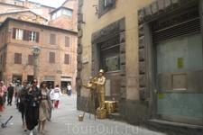 Живая скульптура расположилась прямо под окном нашего палаццо