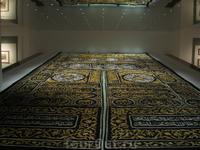 А вот это другая версия этого ковра, и находится она уже в музее Исламской цивилизации. Кстати, эти ковры, которые обычно прикрывают вход в Каабу, меняются ...