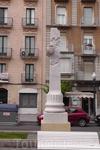 Стелла в честь каталонских спортсменов на улице Рамбла Нова.