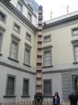 Музей Сальвадора Дали. Памятник, посвященный кибернетике. Внизу-микроволновка