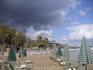 В таверне Mythos ; пляж таверны