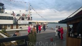 После сытного рыбного ужина горячие финские дедушки танцуют под живую музыку.