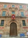Дворец Епископа внешним фасадом выходит тоже выходит на Площадь Беллуги и расположен справа от Собора. Дворец строился в период 1748 - 1768 и за время ...