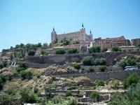 Толедский Алькасар пережил многочисленные разрушения в течение веков: в 18 веке. крепость пострадала от англо-португальских войск во время войны за испанское наследство, в 1810 году во время наполеоно
