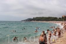 пляж. даже в разгар лета там не очень так и солнечно, купаться прохладненько)