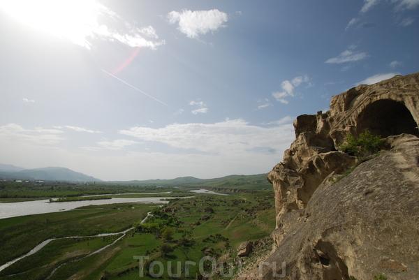 Вид со скалы, в которой высечен древний пещерный город Уплисцихе