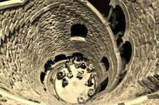 г. Синтра. Самый загадочный объект–колодец,уходящий вглубь земли.Спиральная галерея,идущая вокруг него,имеет девять уровней,в каждом уровне-по пятнадцать ступеней,что символизируют девять кругов ада,