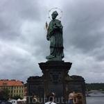 Около его фигуры можно загадывать желание: саму знаменитую статую Яна Непомуцкого создали в 1683 году. Ее точная копия стоит сейчас на мосту. На черных барельефах у подножья статуи до золота натерты т