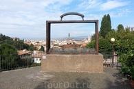 Интересная инсталляция на пути к площади Микеланджело.