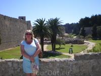 На фоне крепостных стен и укреплений