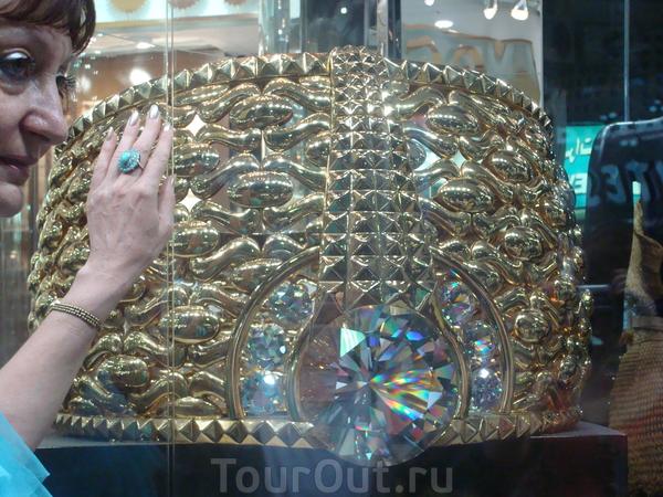 """Самое большое в мире золотое кольцо, занесенное в книгу """"Рекордов Гинесса"""""""