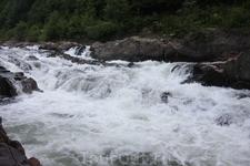 Один из многочисленных водопадов в горах