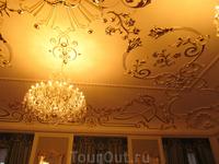 кусочек потолка и люстра. Все еще один из парадных залов