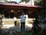 Кафе у входа.Здесь могут приготовить форель, стерлядь, которая плавает в рядом в нескольких прудах. Форель желтой и черной окраски.