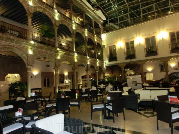 Вот так выглядит его внутренний дворик дворца с тремя галереями и огромными арками. Во дворике - ресторан, в котором довелось поужинать в последний вечер в Авиле.