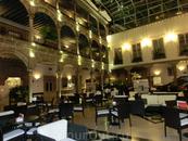Вот так выглядит его внутренний дворик дворца с тремя галереями и огромными арками. Во дворике - ресторан, в котором довелось поужинать в последний вечер ...