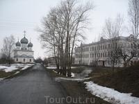 Дорога к Спасо-Преображенскому собору. Справа здание Присутственных мест, ныне педагогический колледж.