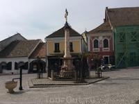 Центр небольшой площади Фё тыр занимает Чумная колонна 1752 г, увенчанная православным крестом Лазаря - обычное явление для Европы...