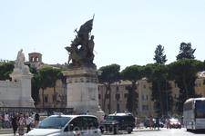 Рим. Скульптура у дворца Венеции.
